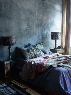 Big Bedrooms, Eclectic Bedrooms, Tadelakt, Dark Interiors, Home Decor Bedroom, Bedroom Ideas, Headboard Ideas, Blue Bedroom, Bedroom Inspiration