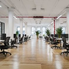 This open workspace is your perfect option if you are looking for office space for your team! Book this space and work with your team! #nyceventspace #privateeventspace #eventspacerental #nyceventplanners #EventPlanning #EventPlanningny #nyclocationscout #nycvenues #locationscout #locationscouting #spaceinmotion #events #design #eventspace #photooftheday #eventdesign #decor #scout #locations #manhattan #nyc #newyork Event Space Rental, Location Scout, Daily Cleaning, Waiting Area, Lounge Areas, Event Design, Conference Room, Loft, Manhattan Nyc