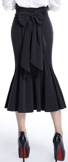 The bow is so stylish, and the mermaid-like bottom shows off her curves · plus size 1940s Fashion, Look Fashion, Vintage Fashion, Womens Fashion, Fashion Styles, Trendy Fashion, Vintage Dresses, Vintage Outfits, Vintage Skirt