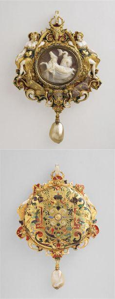 Pendant, third quarter 16th century, cameo signed Sostratus, Paris, pearl, gold, enamel, Height: 7.2 cm Depth: 1.2 cm. Paris, musée du Louvre