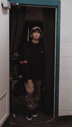 Jungkook in mode: Observing his prey fixedly in the eyes 😎💜😂 Foto Bts, Foto Jungkook, Jungkook Cute, Bts Bangtan Boy, Bts Jimin, Jung Kook, Busan, Taekook, Kpop