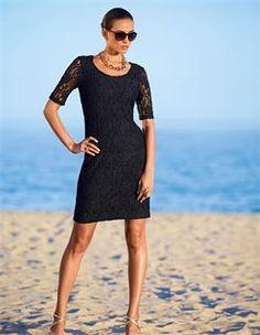 Strandkleid aus Spitze, Collier im Panzerkettenstil