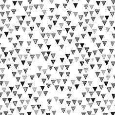 Formas triangulares, com desenhos baseados em grafismos indígenas, que caem como pingos num movimento de unir e separar, no qual as áreas vazadas revelam, em efeito óptico, grandes pirâmides.