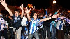 Foi assim que aconteceu – O jogo do título em Portugal teve um desfecho emocional, transformando-se numa daquelas partidas com entrada direta para a história. Não que o jogo tenha sido muito bem jogado, até porque as duas equipas se equipararam na disputa milimétrica de espaço. O Benfica marcou primeiro, por Lima, com o Porto a empatar depois de um remate de Varela ser desviado por Maxi Pereira e Artur para dentro da baliza.