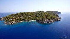 """Η Σπετσοπούλα είναι νησί του Αργοσαρωνικού η οποίο βρίσκεται δίπλα απο τις Σπέτσες, εξ ου και η ονομασία της. Το μη αιγιάλιο τμήμα της είναι ιδιόκτητο, της εφοπλιστικής οικογένειας Σ. Νιάρχου. Φέρεται ν΄ ανήκει σε μια ναυτιλιακή εταιρεία υπό την επωνυμία """"Διεθνή Ναυτιλιακά Πρακτορεία ΑΕ"""". Στην οικογένεια Νιάρχου πουλήθηκε στα μέσα της δεκαετίας του 1950 από τους απογόνους του εφοπλιστή και πολιτευτή των Σπετσών Ιωάννη Λεωνίδα. Στην αρχαιότητα το νησί ονομαζόταν Αριστερά και αναφέρεται από…"""