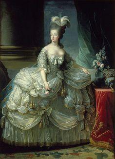 La Reine Marie-Antoinette en grand costume de cour, une rose à la main.