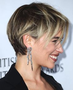 Styling Tips for Short Hairstyles Emilia Clarke Short Haircut Blonde Strands . - Styling tips for short hairstyles Emilia Clarke short haircut blonde strands darker approach - Hot Haircuts, Blonde Haircuts, Retro Hairstyles, Bob Hairstyles, Emilia Clarke Hair, Casual Curls, Blonde Curly Hair, Trending Haircuts, Light Hair