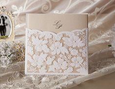 W1101 är ett klassiskt inbjudningskort med laserskuret mönster och pärlprydnad. Riktigt snyggt! Surfa in på www.Exklusivia.se för hela vårt sortiment med bröllopskort.