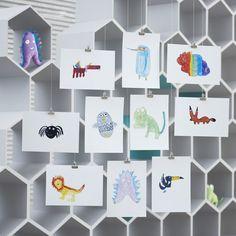 宜家 SAGOSKATT 索古斯卡 毛绒玩具是孩子们设计出来帮助其他孩子的作品。这个系列的毛绒玩具,造型都是充满想象力的生物,包括鸡蛋造型的猫头鹰、彩虹色嘴巴的巨嘴鸟和蓝色忍者鸟——这些都是我们每年举办的儿童绘画比赛的优胜作品。