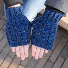 free pattern for these fingerless gloves, crocheted in one piece