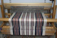 marchures sergé 1-2 , 2-3 , 3-4 , 4-1 , 3-4 , 2-3 tissage sergé :1-2 , 2-3 , 3-4 , 4-1 , 3-4 , 2-3 Le m... Weaving Designs, Weaving Projects, Weaving Patterns, Loom Weaving, Hand Weaving, Drops Design, Tea Towels, Diy And Crafts, Inspiration