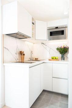 Studio Paris 16 totalmente renovado por un diseñador de interiores. Micro Kitchen, New Kitchen, Kitchen Dining, Kitchen Decor, Kitchen Cabinets, Kitchen Ideas, Decorating Kitchen, Compact Kitchen, Kitchen Shelves