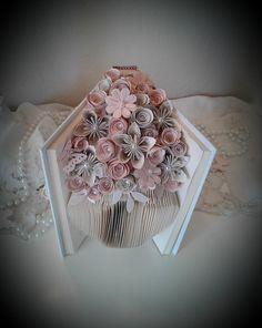 Sculpture en bouquet magnifique fard à joues rose livre déborde de fleurs à la main plus de trois douzaines, nichée entre les pages d'un livre relié. Ce bouquet lumineux et gai est fait d'une combinaison des pages de livre et diverses nuances de fard à joues rose papier cartonné. Ce bouquet