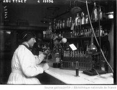 A Paris ; le laboratoire municipal : femme procédant à l'analyse de l'eau / Photographie de presse / Agence Meurisse (1915)