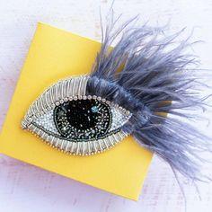 И меня не миновала мода на глаза-броши Если бы не заказ постоянной клиентки, даже не подумала бы в его сторону. Итог мне нравится, получился очень необычный экземпляр. Веки сделаны из металлической канители, каждый кусочек отмеряется, отрезается, пришивается отдельно, на валик из фетра. Веки имеют объем. В роли ресничек - перья страуса, их длина от края глаза 6см. Остальная часть вышита японским бисером и стеклянными бусинками, с добавлением шатонов Swarovski. Размер глазика 9*5,5см Це... Owl Jewelry, Fabric Jewelry, Beaded Jewelry, Hand Embroidery Designs, Embroidery Applique, Embroidery Stitches, Bead Embroidery Jewelry, Beaded Embroidery, Brooches Handmade
