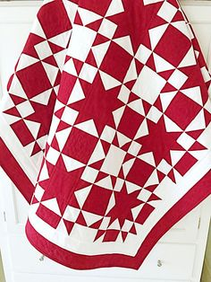 A Red & White Quilt Pattern! Enjoy making this quick & easy Star Quilt Pattern that features positive and negative images of stars. Perfect for summer days, Christmas days, and all year long! Beginner Quilt Patterns, Star Quilt Patterns, Quilting For Beginners, Star Quilts, Easy Quilts, Quilt Blocks, Quilting Tips, Amish Quilts, Machine Quilting