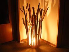 Sie kaufen eine wirklich einmalige Designerleuchte mit dem Namen Magic Wood Und so sieht sie auch aus. Egal ob Abends beleuchtet oder am Tag