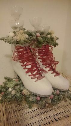 Juledekoration. Julen 2014. Et par skøjter, en dåse julesne, gran og kugler og wupti