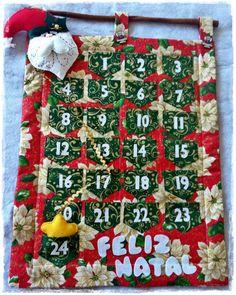Panô - calendário do advento confeccionado em tecido 100% algodão, forrado com manta R2, aplicação de papai noel e estrela de feltro, botões de madeira e cianinha dourada. <br>Bolsinhos para colocar presentinhos durante o mês até o natal.