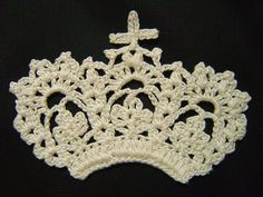 Lisa says: another crocheted crown! Adorable!   花の王冠のモチーフ(編み図付き・ティアラ・クラウン)