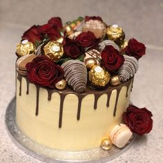classic red roses, strawbs and ferrero cake🥰🥰 love this cake. Red Birthday Cakes, Bithday Cake, Beautiful Birthday Cakes, Beautiful Cakes, Cake Decorating Techniques, Cake Decorating Tips, Chocolate Cake Designs, Alcohol Cake, Decoration Patisserie