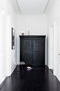 Black floorboards and white walls Style At Home, Black Floorboards, Interior Architecture, Interior And Exterior, Black Architecture, Interior Office, Interior Modern, Minimalist Interior, Scandinavian Interior
