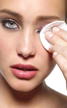 We apply lots of makeup on our face to look beautiful but it is essential to remove all the traces of makeup using a makeup cleanser that is not harmful to our skin. Best Makeup Remover Wipes, Makeup Wipes, Face Makeup, Best Face Wash, Lots Of Makeup, Normal Skin, Acne Prone Skin, Face Cleanser, Combination Skin