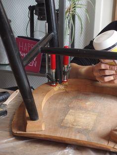 Astuce > Pour nettoyer, l'excès de colle qui pourrait ressortir au moment du serrage, utilisez un chiffon humide. #DIY #Bricolage
