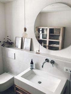 Das Bad im Erdgeschoss ist gleichzeitig unser Gästebad. Da wir viel unterbringen wollten, aber gleichzeitig keinen riesigen Waschtisch wollten, haben wir uns für den großen Vitrinenschrank von Ikea entschieden. Da das Bad nur wenig Tageslicht abbekommt, sollte alles möglichst hell und offen sein.