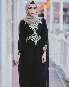 Full picture of the kaftan from Photo credit: Islamic Fashion, Muslim Fashion, Modest Fashion, Unique Fashion, Fashion Outfits, Asian Fashion, Mode Unique, Mode Simple, Abaya Designs