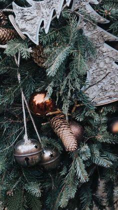 Christmas Phone Wallpaper, Christmas Aesthetic Wallpaper, Holiday Wallpaper, Winter Wallpaper, Green Wallpaper, Christmas Feeling, Cozy Christmas, Christmas Balls, Christmas Time