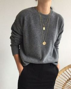 Light gray slouchy pullover with round neck and black trousers - Good l . - Light gray slouchy pullover with round neck and black trousers – good life. Simple Outfits, Casual Outfits, Work Outfits, Gray Outfits, Simple Dresses, Look Fashion, Womens Fashion, Fashion Black, Classic Fashion Outfits