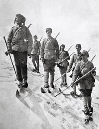 Battle of Sarikamish - Ottoman Army winter gear. Thousands of Turkish soldiers died of hypothermia in the snow. War minister Enver never commanded troops in battle again. Turkish Soldiers, Turkish Army, History Online, World History, World War One, First World, Ww1 Soldiers, Islam, Military Personnel