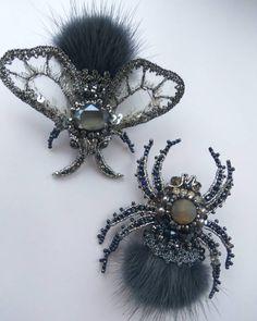 Как прекрасно смотрится эта парочка! #брошьручнойработы #брошьпаук #брошьмуха #брошьжук #вышивка #объемнаявышивка #украшенияручнойработы #украшение #jewellery #hautecoutureembroidery #hautecouture #embroiderywork #embroideryart #embroidery #broch #brosh #couture