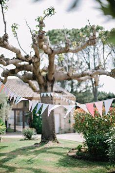 DIY - Guirlande de fanions, origami, moulins à vents et menus cocottes pour une décoration de mariage tendance et design aux couleurs pastel dans le Sud de la France.