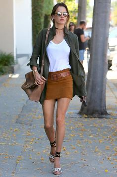 Alessandra Ambrosio con una minifalda de ante