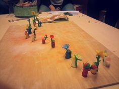 Wortelkindjes boetseren, bijenwas, kleuterles, Hoofdfase A, eigen werk Bee Wax, Waldorf Kindergarten, Waldorf Education, Nature Table, After School, Spring Crafts, Poker Table, Botany, Projects To Try