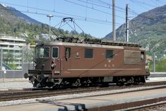 Die BLS Re 425 189 Niedergesteln die am die gleich abgestellt wird in Brig. Swiss Railways, Locomotive, Switzerland, Trains, Iron, Europe, Photos, Railroad Photography, Drive Way