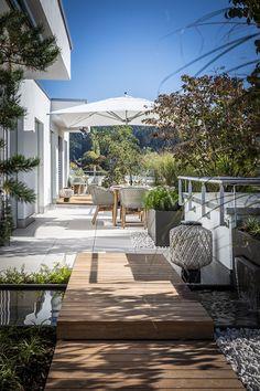 Ich habe von der Bauherrschaft freie Hand bekommen und durfte ein ganz neues Konzept entwerfen. Ich habe es so gestaltet, wie ich es auch für mich persönlich einrichten würde: Gemütlich, mit klar definierten Bereichen, natürlicher Bepflanzung und wunderbaren Möbeln. Ein tolles Projekt mit toller Bauherrschaft. Patio, Outdoor Decor, Home Decor, Planting, Concept, Plants, Projects, Decoration Home, Room Decor