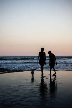 Siluetas en la playa.