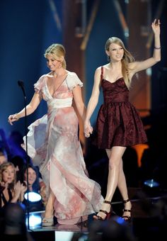 Taylor Swift Photos - Singer Faith Hill and musician Taylor Swift speak onstage at the 2010 CMT Music Awards at the Bridgestone Arena on June 2010 in Nashville, Tennessee. - 2010 CMT Music Awards - Show Country Female Singers, Country Music Artists, Taylor Swift 2010, Tim And Faith, Tim Mcgraw Faith Hill, Cmt Music Awards, Swift Photo, Taylor Swift Pictures, Gorgeous Women