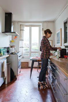 Closet Layout 546905948497655402 - Henriette, Paris – Inside Closet Source by zdinga Small Kitchen Diner, Paris Kitchen, Red Kitchen Tiles, Kitchen Flooring, Teracotta Floor, Kitchen Interior, Interior Design Living Room, Red Floor, Stainless Kitchen