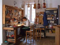 Workshop of Hildegard Dodel, luthier in Cremona (Italy).