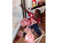 Der arme Junge wollte offensichtlich ohne zu fragen an den Kühlschrank