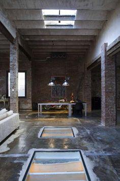 puits de lumière, intérieur style loft bohémien et dalles en verre pour le sol