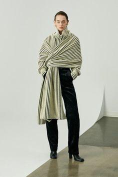 Sid Neigum Fall / Winter Ready-to-Wear - Fashion S .-Sid Neigum Herbst/Winter Ready-to-Wear – Fashion Shows Fashion Details, Fashion Design, Fashion Trends, Fashion Quiz, Vogue Fashion, Fashion 2018, Fashion Boots, Fashion Fashion, Runway Fashion