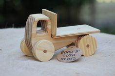 « Trevor » est un camion-jouet en bois faits à la main - un jouet à pousser pour les tout-petits et les jeunes enfants. Ce camion en bois faits à la main est fait de bois de pin naturel. Cet adorable jouet en bois est la taille parfaite pour les petites mains. Il pousse facilement le long du plancher et est un vieux jouet fashion ! Le camion-jouet en bois mesure environ 18cm long x 11cm de hauteur. Chaque jouet à pousser en bois est livré avec votre choix de finition bois naturel/brut ou...
