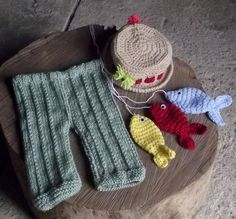conjunto de calça, chapéu e peixinhos confeccionados em crochê.  tamanhos - RN/ 1 a 3 / 3 a 6 meses R$ 99,90