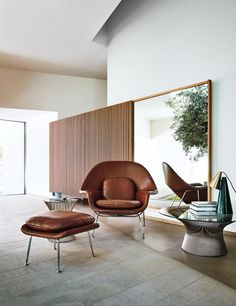 The Knoll Saarinen Womb Chair reflects Eero Saarinen's desire to create a modern lounge chair that derived its comfort from its shape—not its cushioning.