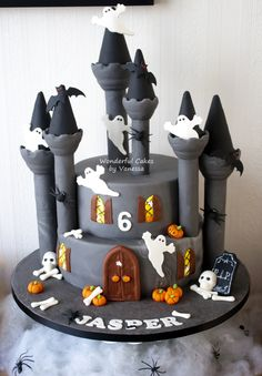 Haunted Castle Haunted Castle A close up of the haunted castle for Jasper! A part of the sweet table I made (see an other picture in my profile).One layer... #featured-cakes #halloween #haunted-house #cakecentral